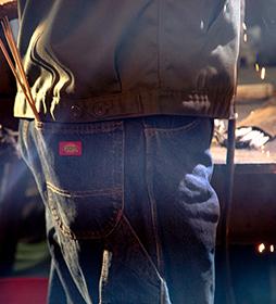 Jeans menuisier en denim à genou renforcé, coupe décontractée